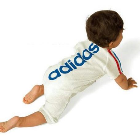 Фото Ребенок в костюмчике adidas