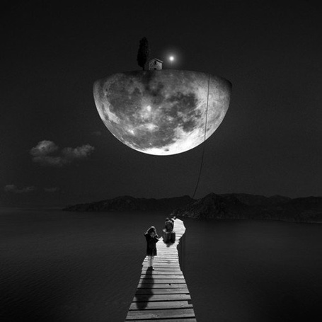 Фото Девушка стоит на мосту, в небе виднеется дом на луне (© Флориссия), добавлено: 14.02.2012 13:02