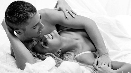 Парень и девушка обноженные в пастели
