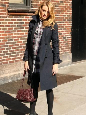 Фото Актриса Блейк Лайвли/Blake Lively стоит около дома на улице (© Rainy), добавлено: 15.02.2012 12:47