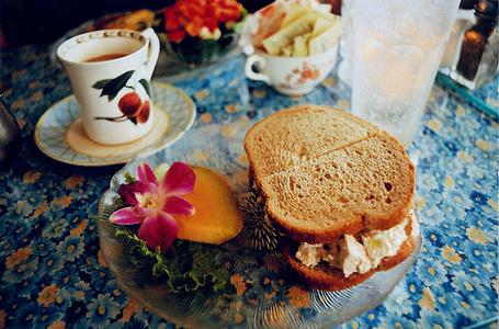 Фото Бутерброд с козьим сыром на завтрак на подносе с принтом цветов (© Кофе мой друг), добавлено: 18.02.2012 19:24