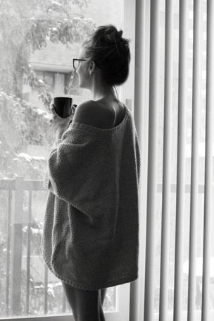 Фото Девушка пьет кофе и смотрит в окно (© StepUp), добавлено: 19.02.2012 18:40