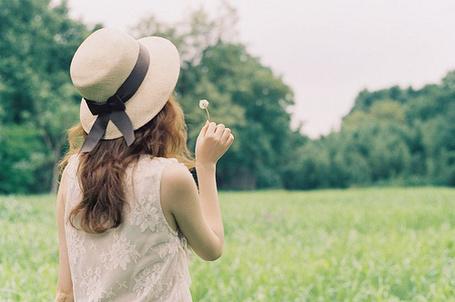 Фото Девушка в шляпе держит в руке одуванчик (© lemon), добавлено: 19.02.2012 23:55