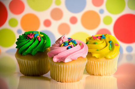 Фото Пирожные с зеленым, розовым и желтым кремом, присыпанные сердечками (© Радистка Кэт), добавлено: 20.02.2012 02:10
