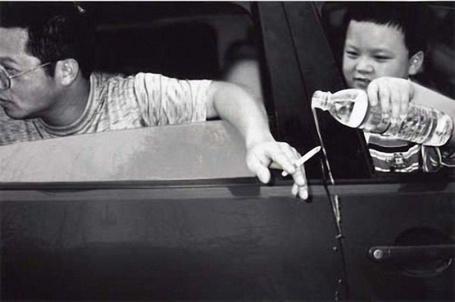 Фото Мальчик тушит сигарету водой