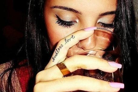 Фото Девушка пьет из бокала (© Феминистка), добавлено: 23.02.2012 20:18