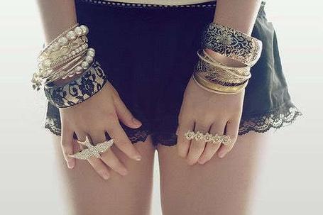 Фото Девушка с браслетами и кольцами (© Феминистка), добавлено: 24.02.2012 21:01