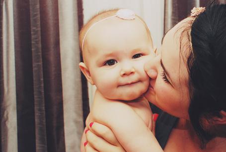Фото Мама целует ребенка (© StepUp), добавлено: 25.02.2012 10:35