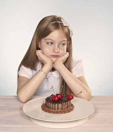 Фото Грустная девочка сидит над шоколадным пирожным, пара фотографов Winkler Noah