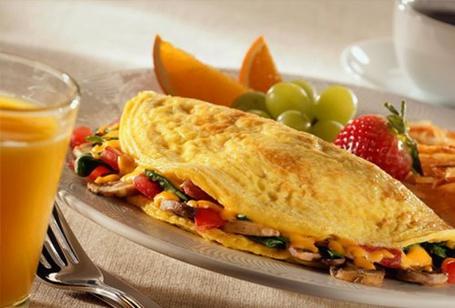 Фото Завтрак - стакан апельсинового сока, фрукты И ОМЛЕТ