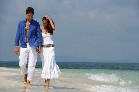 Фото Парень с девушкой гуляют по пляжу