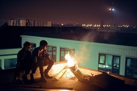 Фото Девушка с парнем у огня на крыше (© Mary), добавлено: 28.02.2012 21:34