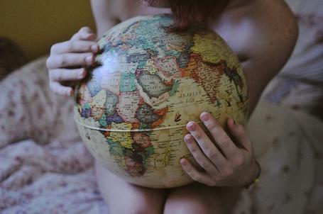Фото Девушка с глобусом на руках сидит на кровати (© Кофе мой друг), добавлено: 28.02.2012 22:22