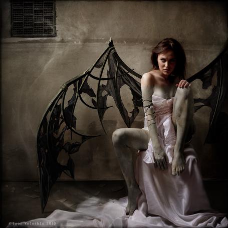 Фото Чёрный ангел с оборванными крыльями