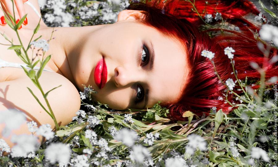 Фото девушка с красными волосами