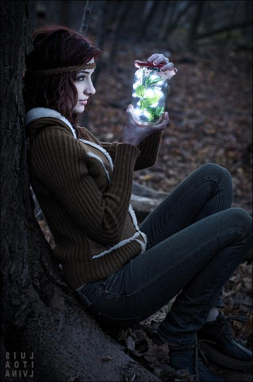 Фото Девушка любуется светящимися листьями в банке