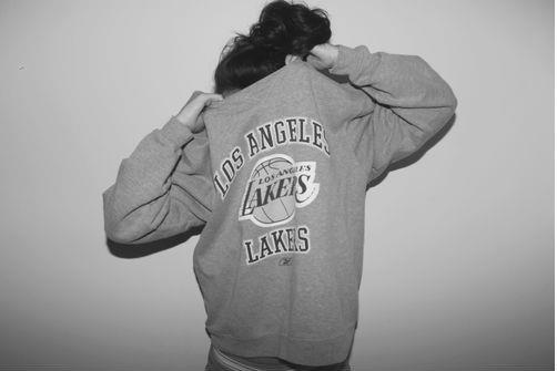Фото девушка в толстовке los angeles lakers