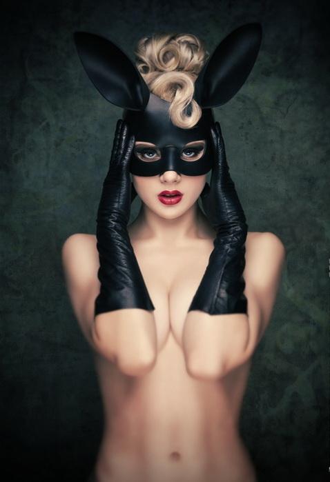 Еротик фотосесии девушек в маске 5 фотография