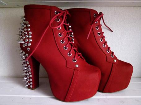 Фото Красные ботинки с шипами (© Феминистка), добавлено: 01.03.2012 00:12