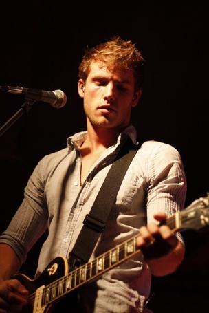 Фото Джон Маклафлин / Jon McLaughlin играет на гитаре (© Princessa), добавлено: 01.03.2012 08:15