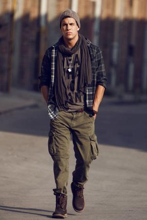 Фото Испанский актер Марио Касас / Мario Сasas, одетый в стиле casual, идет по улице (© Princessa), добавлено: 01.03.2012 08:19