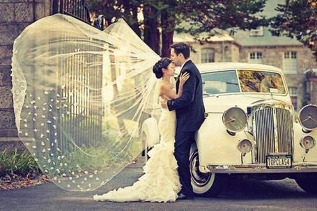 Фото Жених целует невесту в лоб