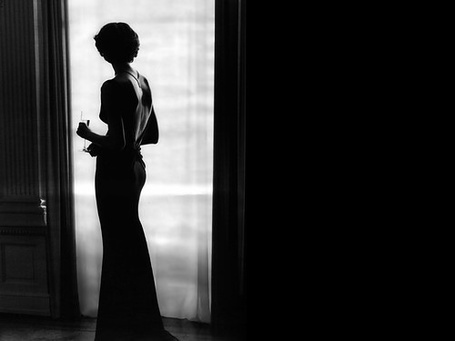 Фото Девушка стоит у окна с бокалом вина (© Mary), добавлено: 02.03.2012 18:27