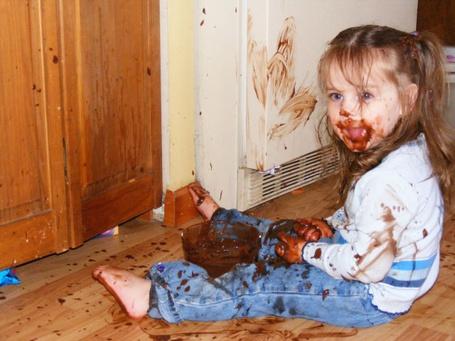 Фото Девочка измазала себя и всё вокруг шоколадом