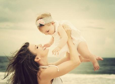 Фото Мама с малышкой на фоне моря