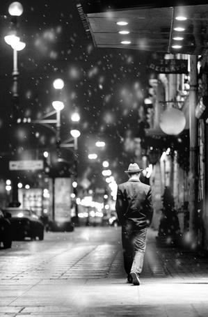 Фото Человек в шляпе, идущий по ночному городу (© Malenkoe 4ydo), добавлено: 05.03.2012 08:57
