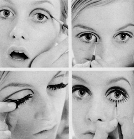 Фото Девушка делает макияж