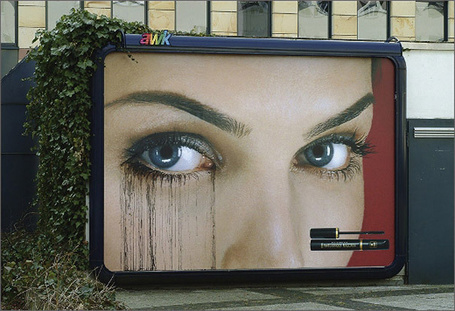 Фото Реклама туши Max Factor, Когда идет дождь - тушь начинает смываться, самые креативные билборды мира