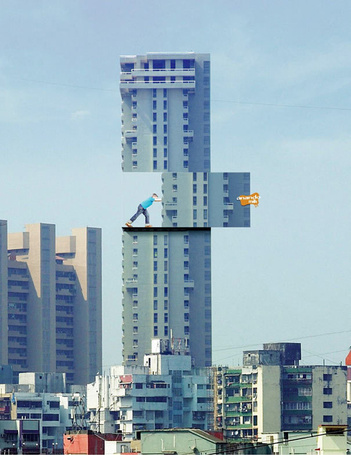 Фото На здании установлен билборд, мальчик сдвигает пять этажей, молоко Anando – Сила суперменов, самые креативные билборды мира