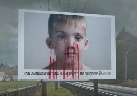 Фото Ребенок на билборде, не гоняйте во время дождя, Когда проходит дождь - появляются красные подтеки у ребенка как призыв снизить скорость, самые креативные билборды мира (rain changes everything, please drive to the conditions)