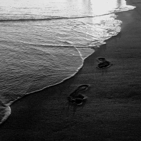Фото Следы ног, оставленные на песчаном морском берегу (© Malenkoe 4ydo), добавлено: 11.03.2012 10:26
