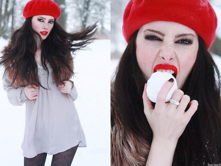 Фото Девушка в красном берете ест снежок (© Rainy), добавлено: 11.03.2012 16:56