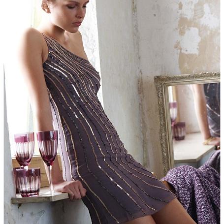 Фото Грустная девушка в сером платье на окне рядом с бокалами