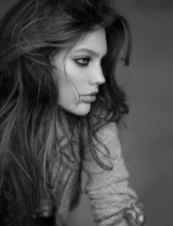 Фото Красивая девушка в профиль