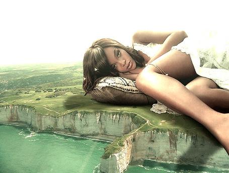 Фото Девушка великан лежит на земле возле моря
