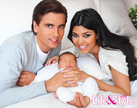 Фото Молодые родители с новорожденным (Life&Style) - Кортни Кардашян / Kourtney Kardashian, Скотт Дисик / Scott Disick и их сын Мэйсон / Mason