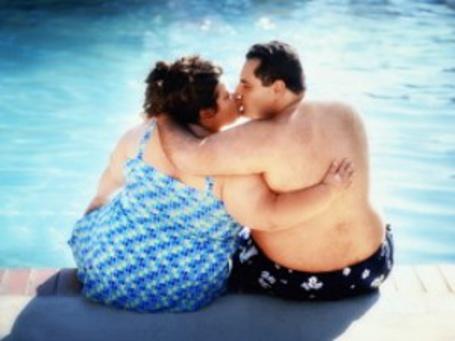 Фото Толстяки целуются у бассейна
