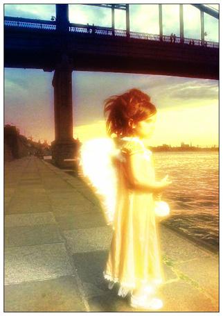 Фото Девочка ангел у реки
