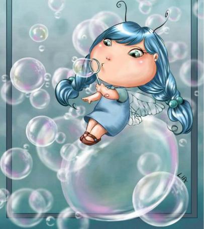 Фото Маленькая фея выдувает мыльные пузыри
