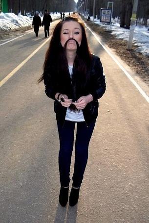 Фото Девушка сделала себе усы из волос