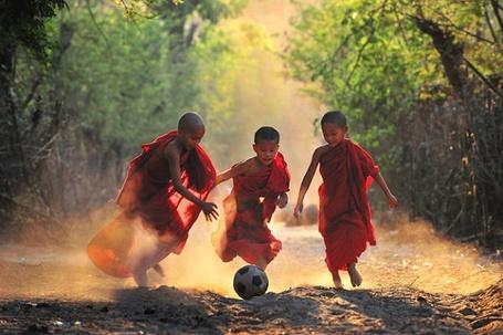 Фото Юные монахи играют в футбол Мьянма / Myanmar, автор Kyaw Kyaw Winn