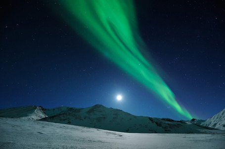 Фото Восход луны под северным сиянием Аляска / Alaska, автор Ben Hattenbach