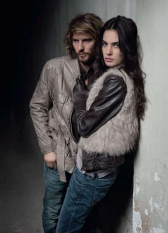 Фото Парень с девушкой стоят рядом у стены