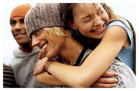 Фото Девушка обнимает парня