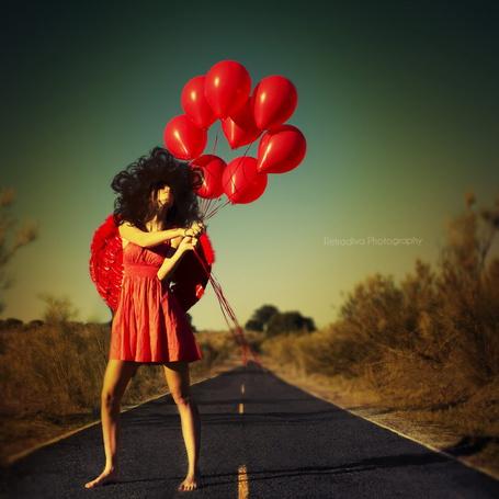 Фото Девушка с красными шариками (© Julia_57), добавлено: 20.03.2012 21:08