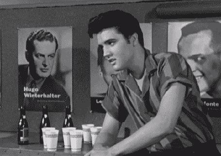 Фото Э́лвис Аро́н Пре́сли / Elvis Aaron Presley, сидя у стойки паба, оборачивается